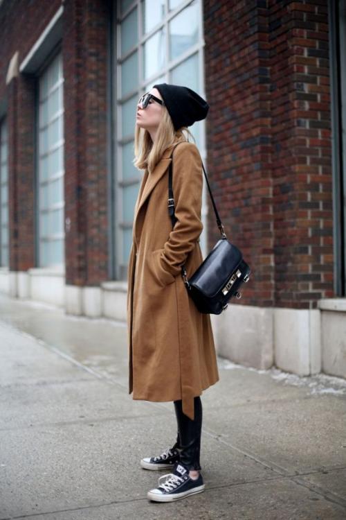 Сочетание пальто и кроссовки. Какие фасоны пальто можно сочетать с кроссовками