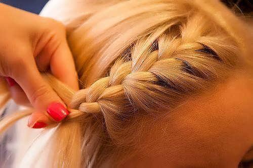 Как можно заколоть короткие волосы. Укладываем челку с помощью косички