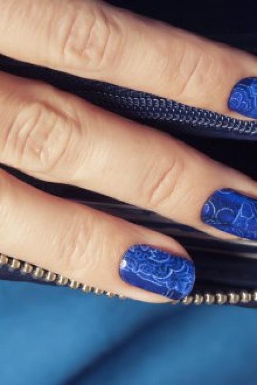 Темно синий маникюр с блестками.