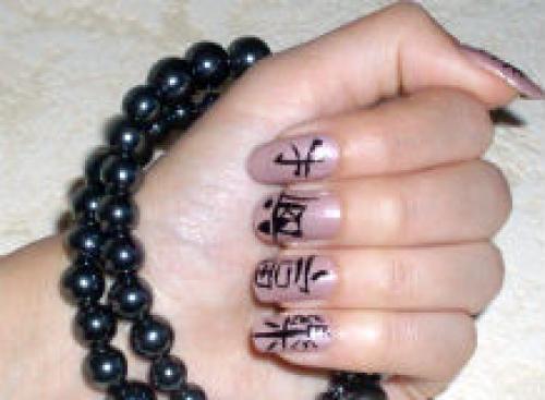 Ногти с иероглифами.
