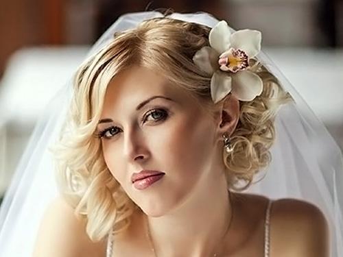 Как украсить короткую стрижку на свадьбу. Прически на короткие волосы на свадьбу (39 фото) – модные тенденции и табу 2020 года