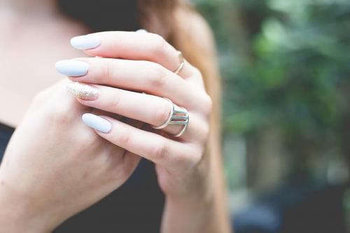 Созвездие на ногтях дева. Маникюр по гороскопу: как подобрать идеальный оттенок каждому знаку зодиака
