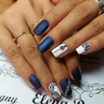 Разноцветный дизайн на коротких ногтях.