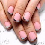 Цветной французский маникюр на коротких ногтях.