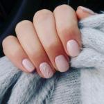 Нежный маникюр, в отличие от экстравагантного или яркого декорирования ногтей, всегда в тренде.