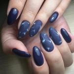 Темно синий маникюр идеально смотрится на длинных, овальных ногтях.
