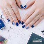 """Многие девушки уверены, что синий цвет выглядит на ногтях вульгарно и просто """"Некомильфо""""."""